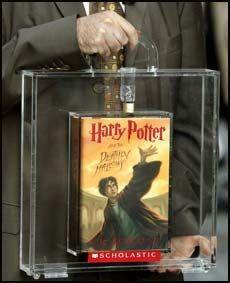 HEMMELIG TIL SISTE SLUTT: Forlagssjef Arthur Levine holder et eksemplar av den nye Potter-boka i en spesiallaget koffert med lås før lanseringen i forrige måned. Foto: AFP