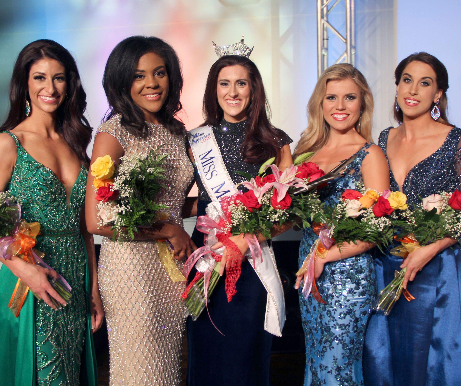 VANT: Miss Missouri, Erin O'Flaherty, omgitt av rivaler under Miss America-kåringen i juni.