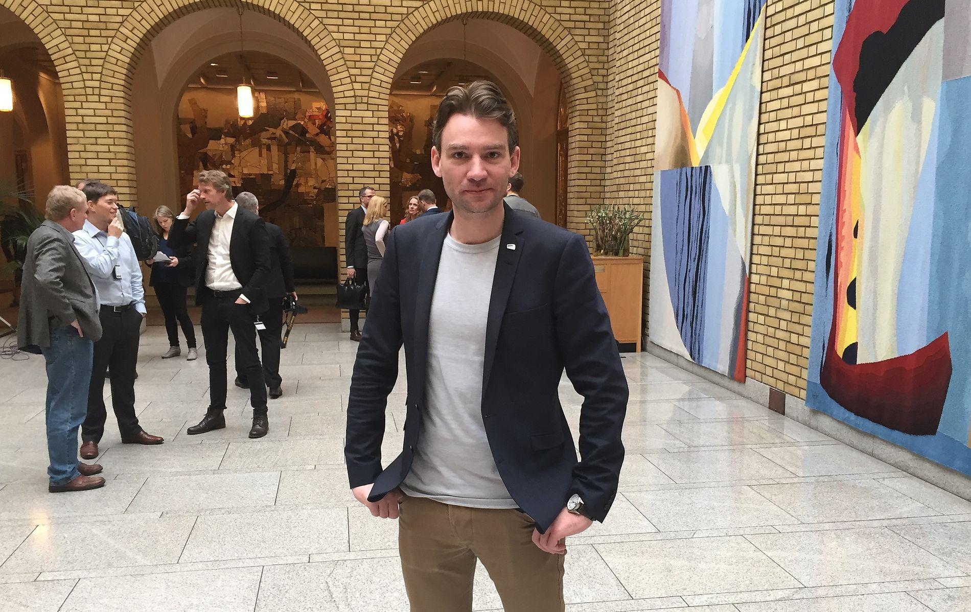 FLERE AVGANGSPRØVER: Henrik Asheim (H) i Stortingets vandrehall etter etter den muntlige spørretimen onsdag.