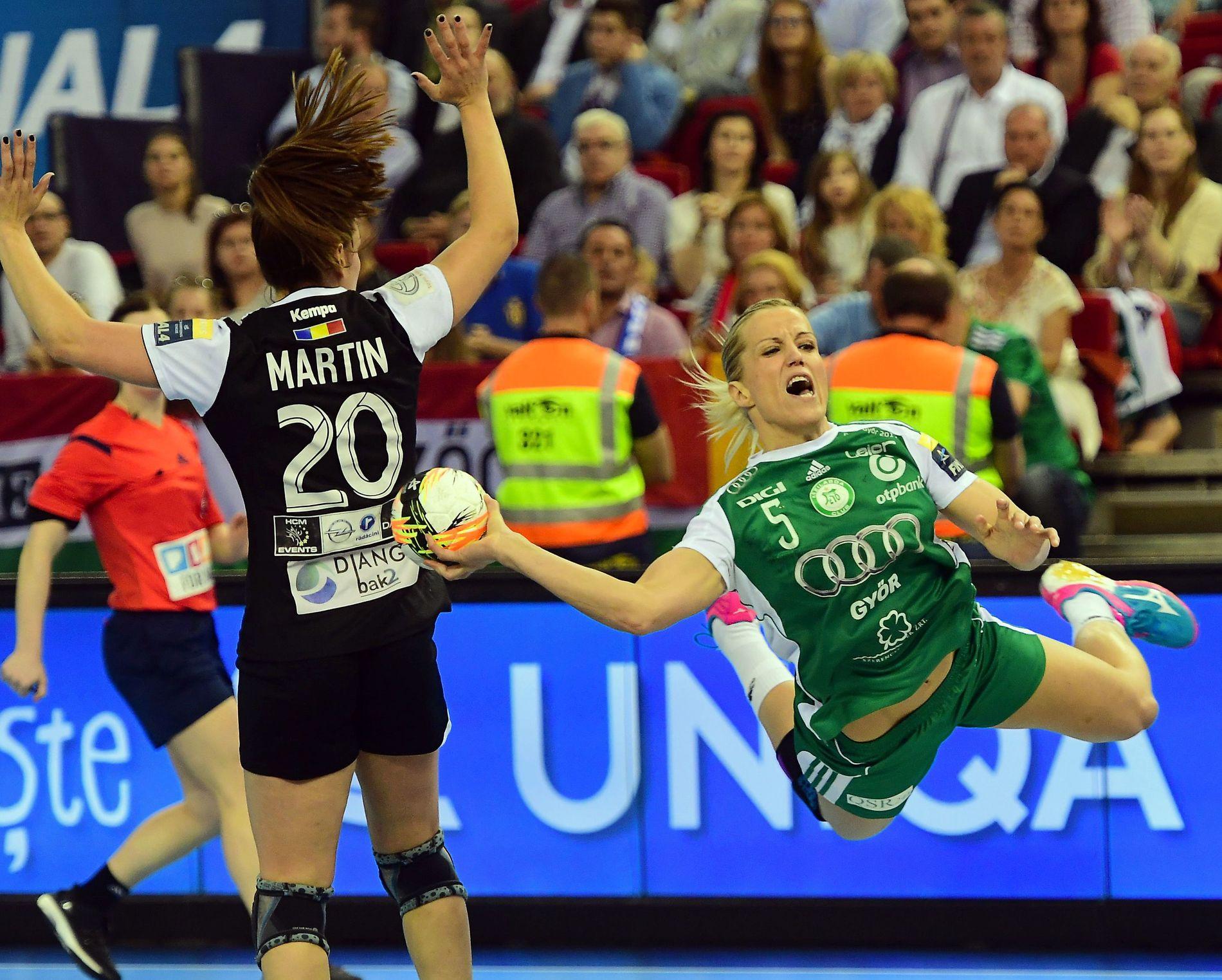 LØKE SVEVDE: Heidi Løke dominerte Champions League-finalen fra sin plass på streken. Her passerer hun Bucurestis Carmen Martin.