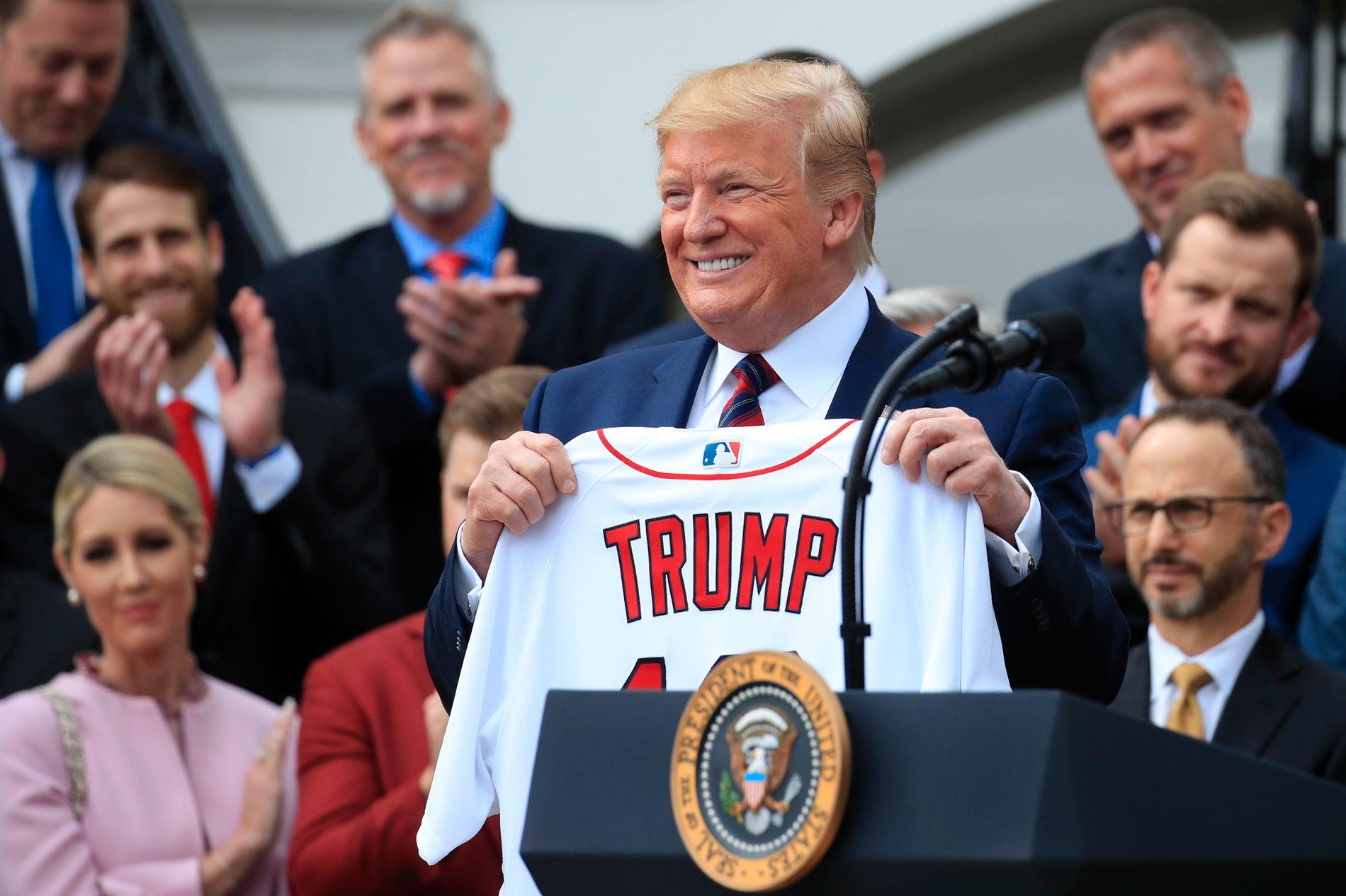FIKK DRAKT: Donald Trump fikk drakten til årets baseballmestre Red Sox under en tilstelning i Det hvite hus torsdag.