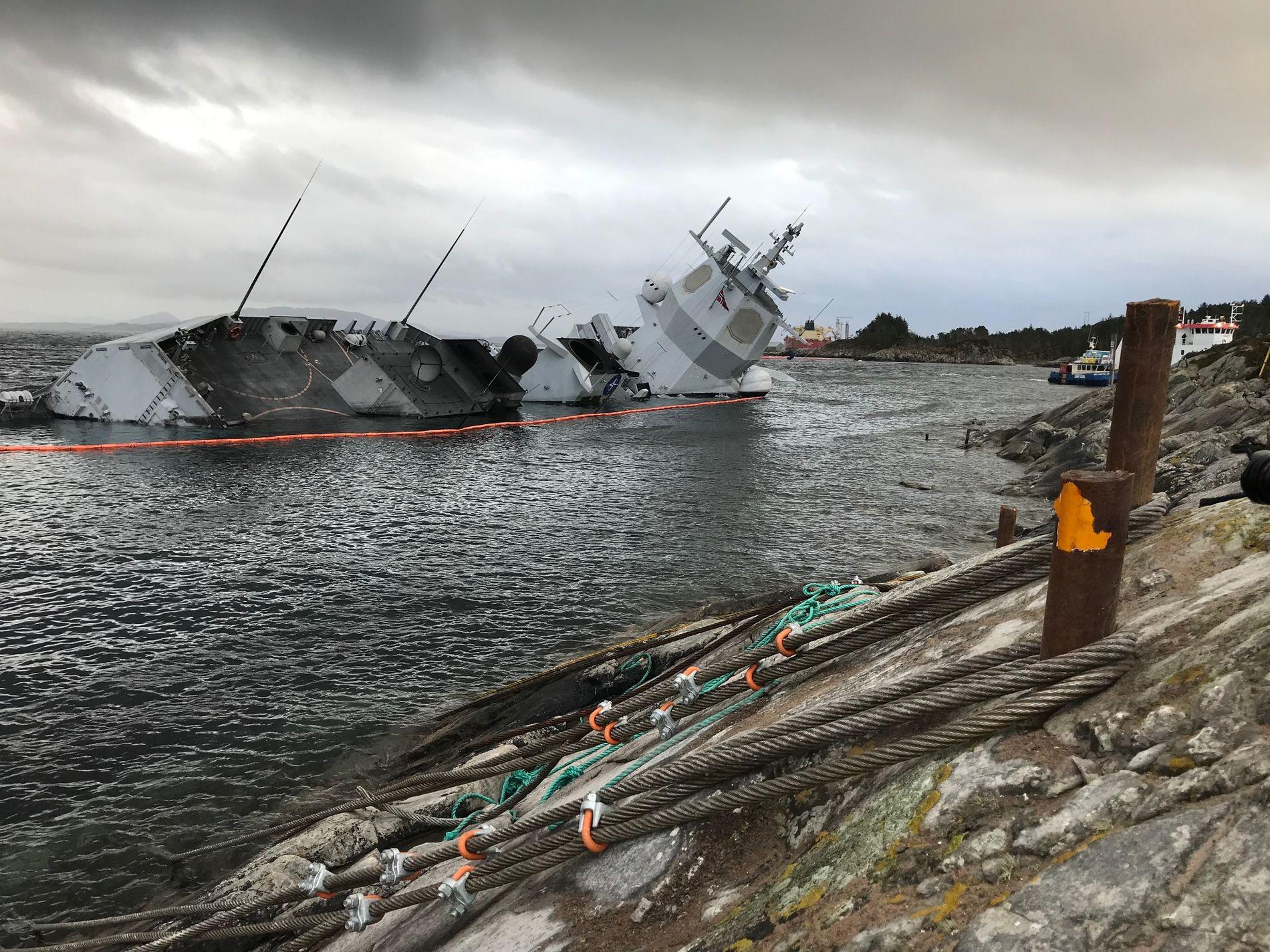 PÅ GRUNN: «Helge Ingstad» ved skadestedet i Øygarden.