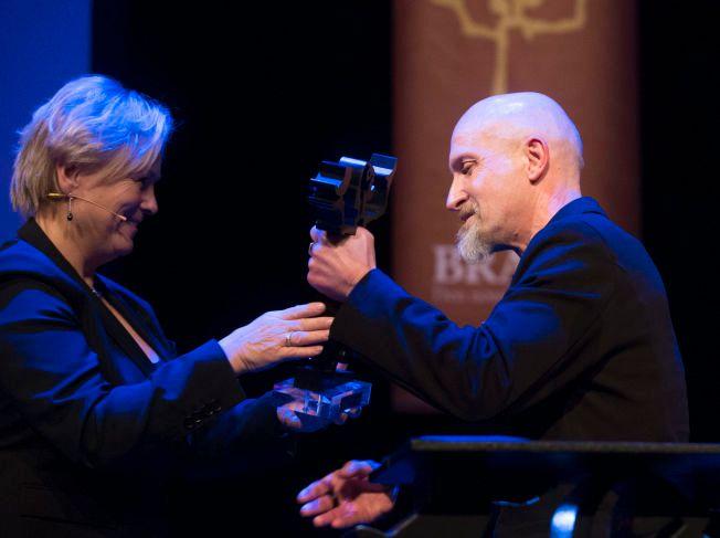 VANT: Lars Saabye Christensen vant i kveld sin andre Bragepris.  Kulturminister Thorhild Widvey delte ut prisen. F