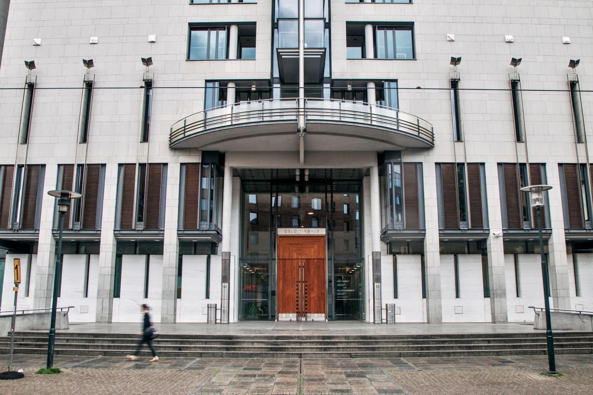 FENGSLINGSMØTE: Politimannen blir fremstilt for fengsling i Oslo tingrett onsdag ettermiddag.