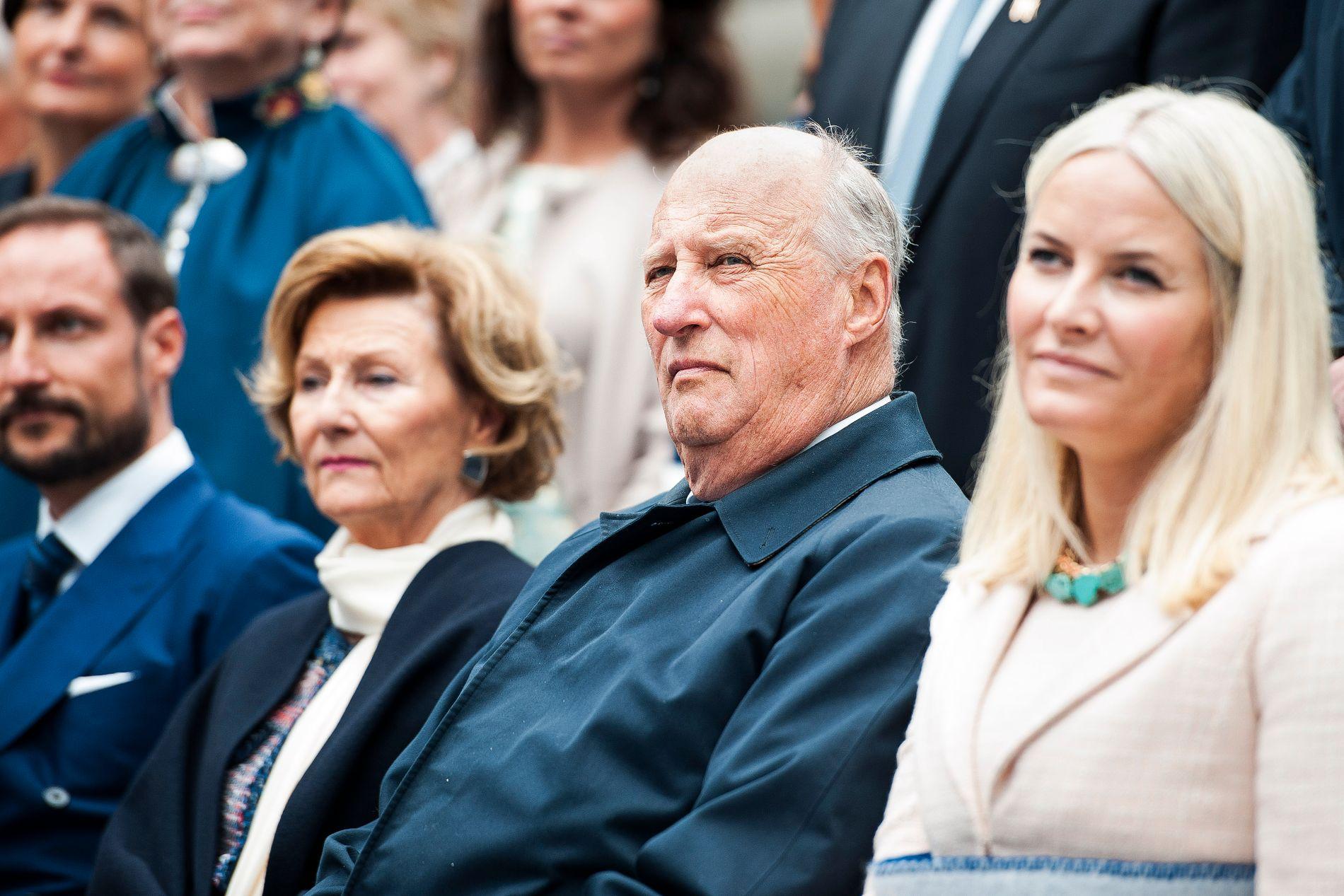 KONGELIG KVARTETT: Kronprins Haakon, dronning Sonja, kong Harald og kronprinsesse Mette-Marit, her på hagefest på Ledaal i Stavanger for en tid siden.