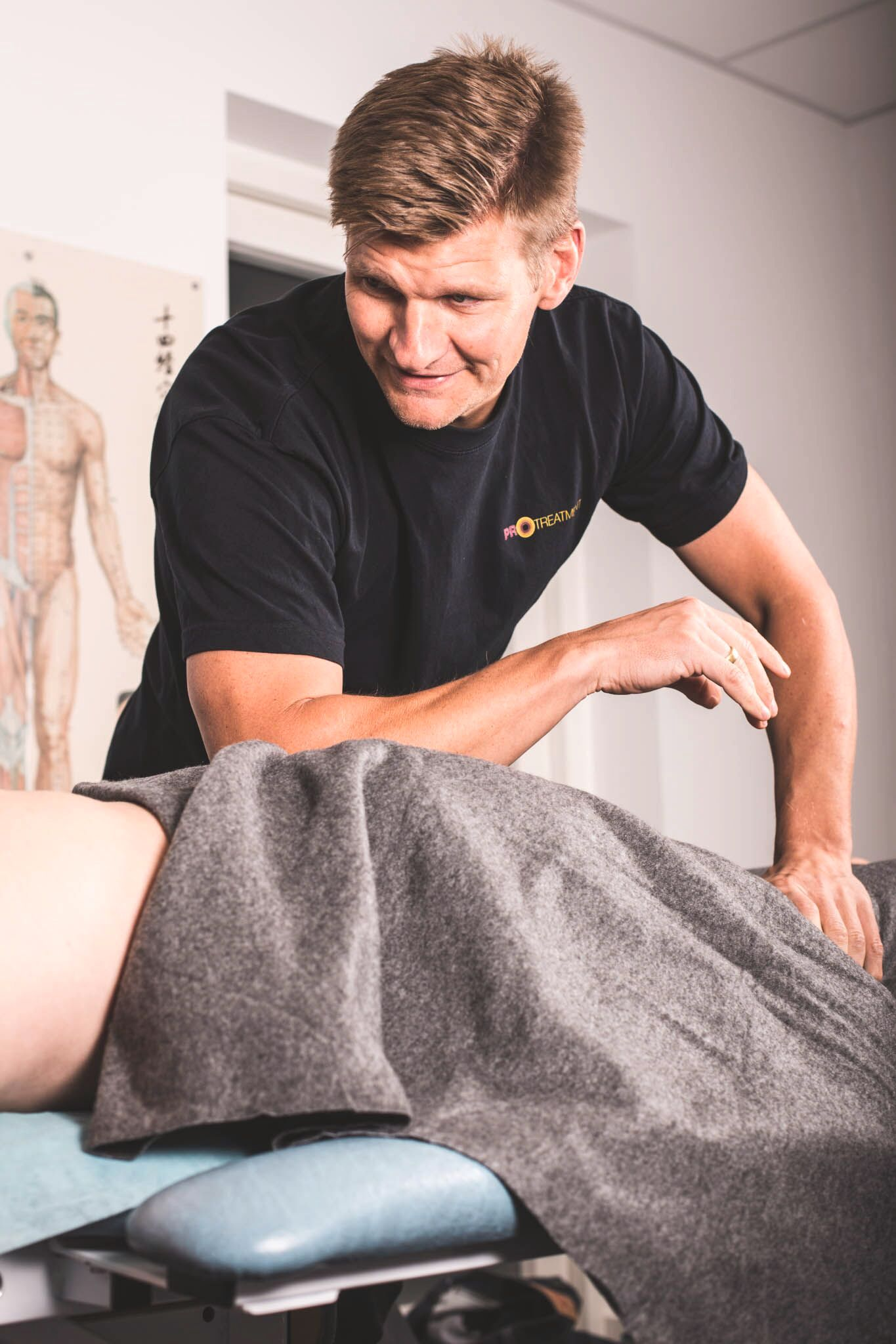 TAR TAK: Den danske fysioterapeuten Thomas Jørgensen har en rekke fotball- og idrettskjendiser på sin klientliste, blant annet Niklas Bendtner.