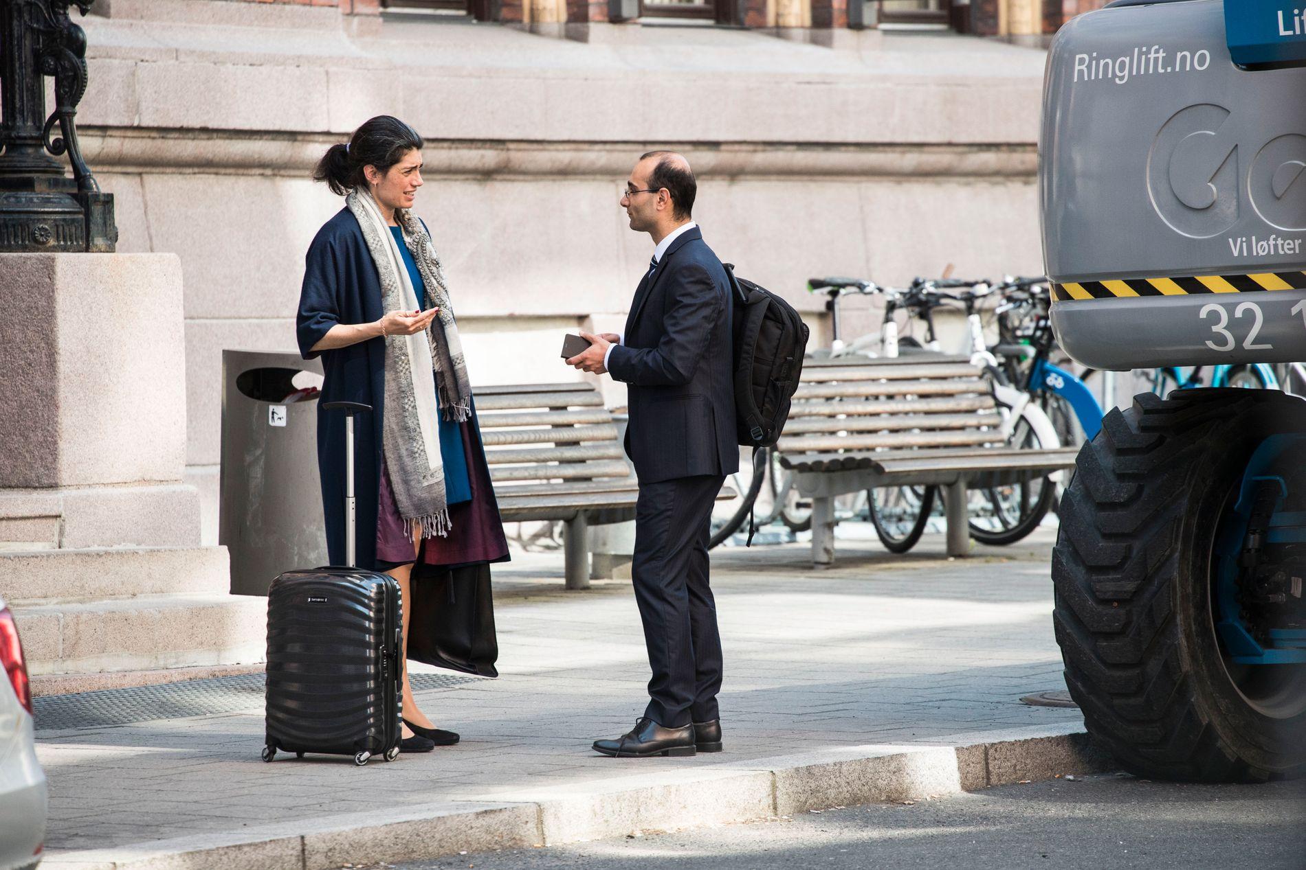 SEPARERT: Her er Racha Maktabi og Amir Mirmotahari avbildet utenfor Borgarting lagmannsrett i mai, bare et par uker før pågripelsen. De var allerede separert på det tidspunktet.