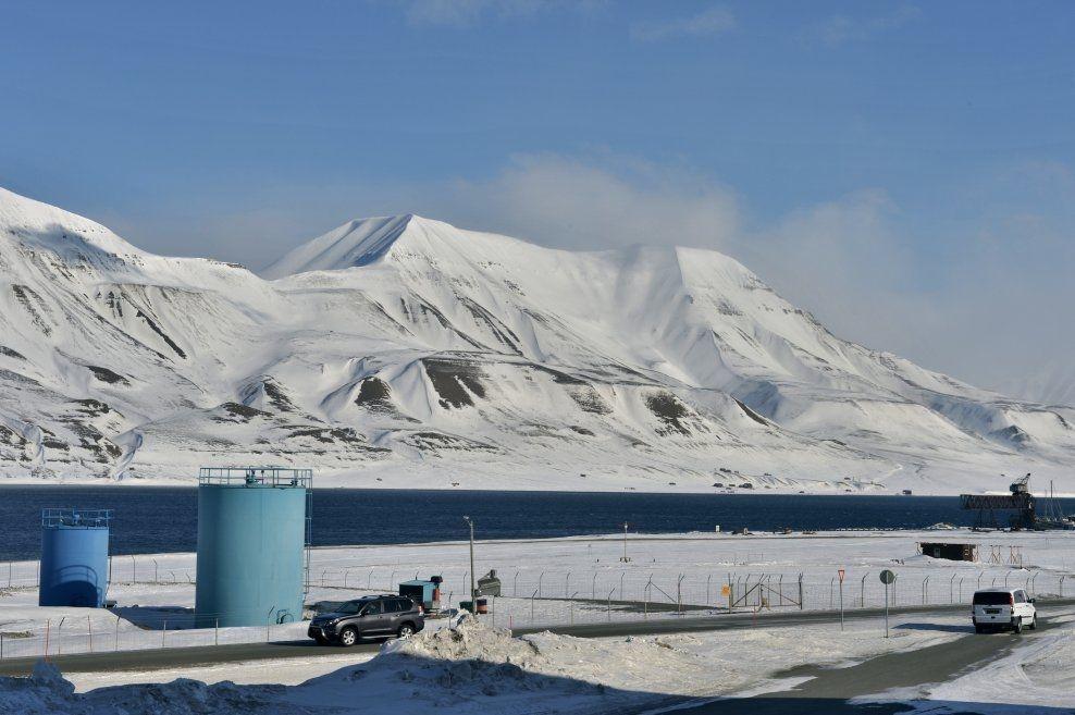 TIL SALGS: Hiorthhamn og eiendommen Austre Adventfjord sett fra Longyearbyen.