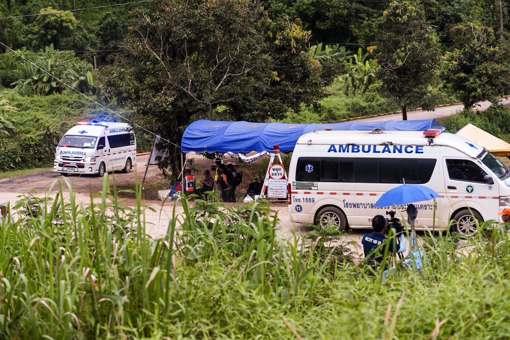 PÅ VEI UT: Her er ambulanser på vei ut fra grotteområdet i Mae Sai. Guttene og treneren som har vært fanget i grotten siden 23. juni, ble fraktet til sykehuset i Chiang Rai, en times kjøretur fra grotten.