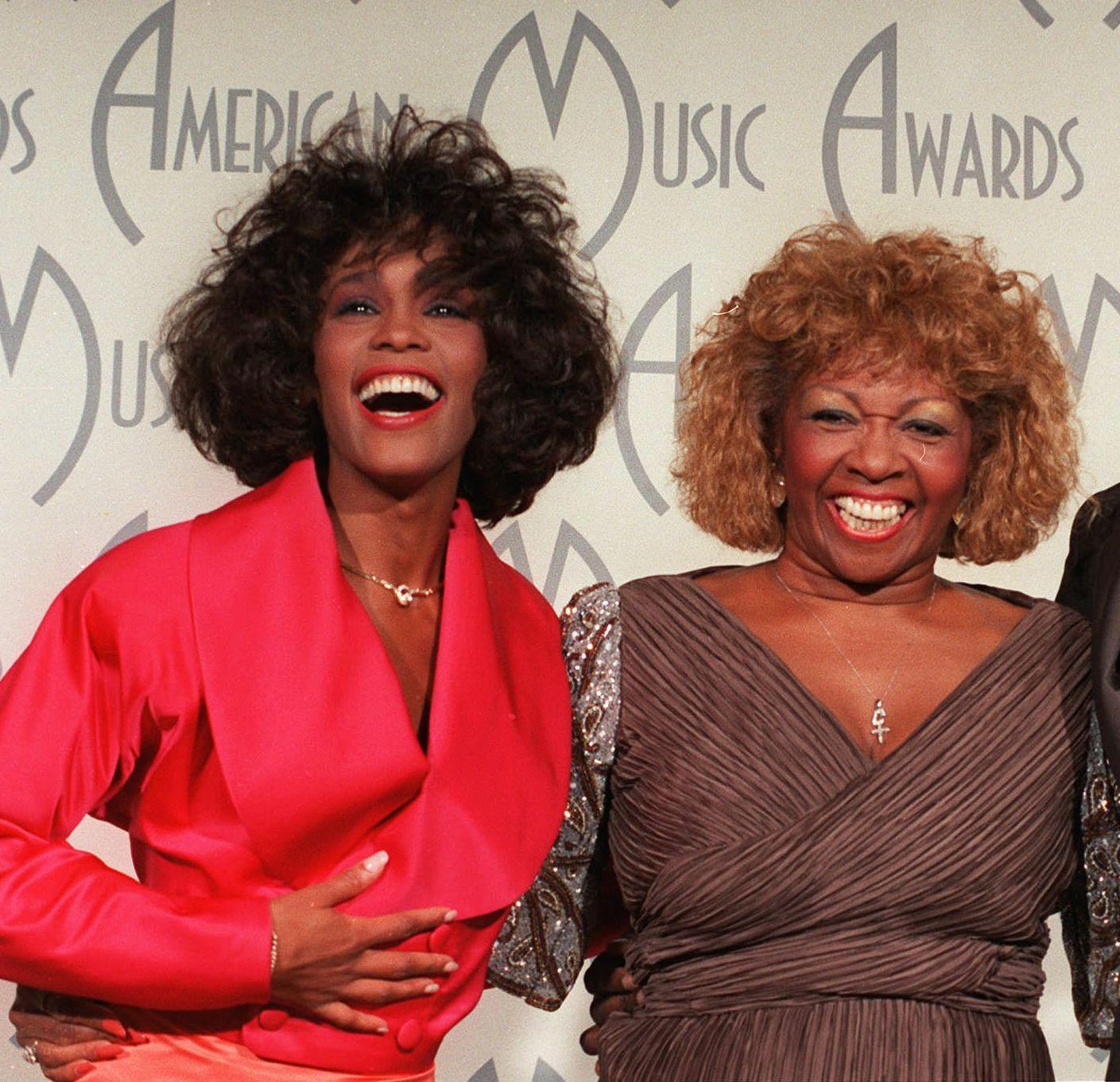 LYKKELIGERE TIDER: Whitney Houston og moren Cissy i 1988.