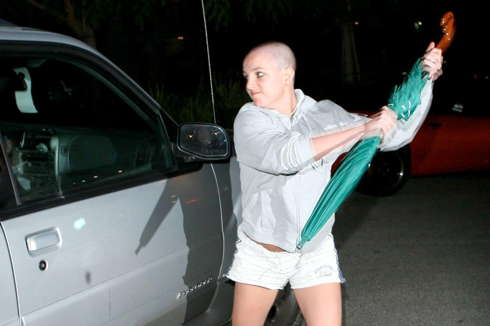 GIKK AMOK: Britney Spears gikk for ti år siden og angrep en fotograf og bilen hans med en paraply. Nå går paraplyen på auksjon.