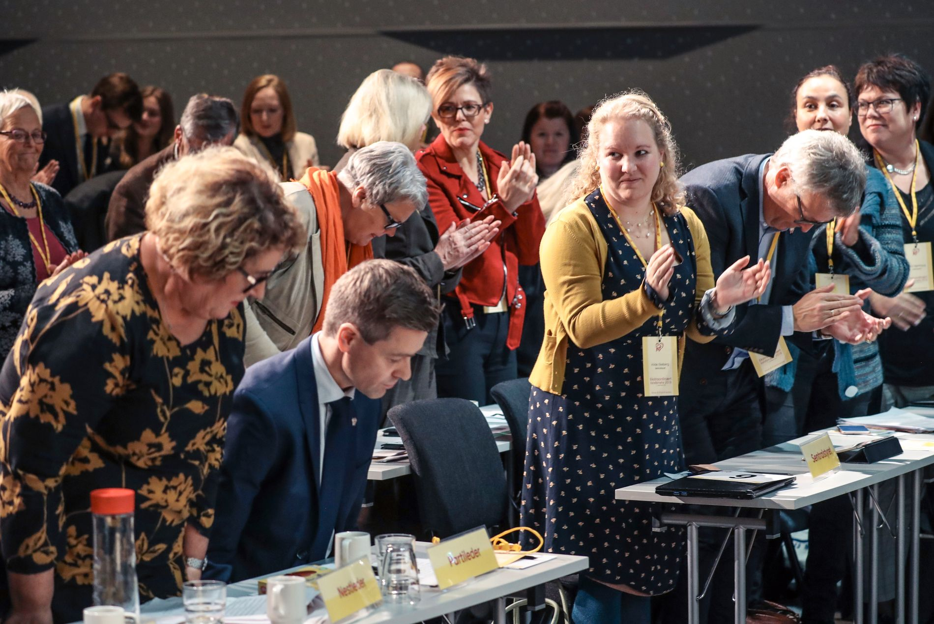 HEIER PÅ HAREIDE: Sentralstyremedlem Hilde Ekeberg (ikledd gult til høyre) deltok i stående applaus etter Knut Arild Hareides tale til landsmøtet.