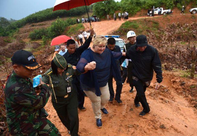 Erna Solberg overtok den forrige regjeringens skogavtale med Indonesia, og besøkte derfor Sumatra i april. Her har en politibil kjørt seg fast i gjørmen, slik at statsministeren må ta beina fatt de siste 800-meterne.