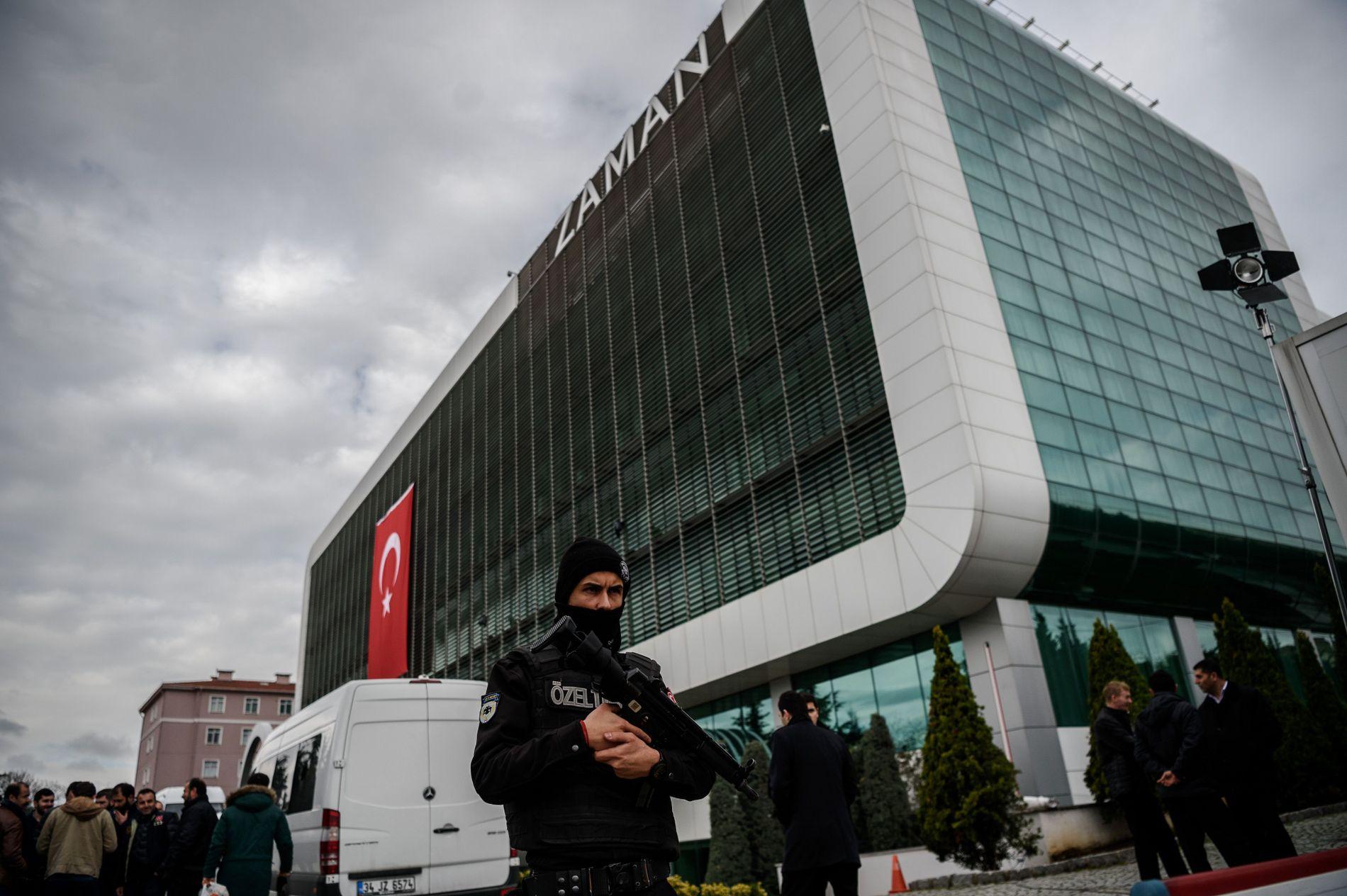 STENGTE AVISEN: I mars 2016 inntok politiet lokalene til mediehuset Zaman i Istanbul. Først ble avisen lagt under statlig administrasjon, senere ble den nedlagt.