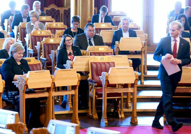 MOTELØVE: Statsminister Erna Solberg (H) kunne i muntlig spørretime på stortinget på onsdag konstatere at hennes utfordrer Jonas Gahr Støre stilte i flunkende nye fritidssko til dressen.