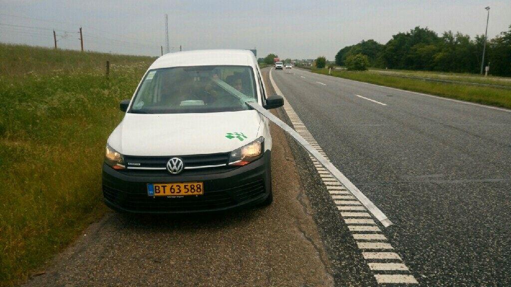 Fotografi fra VG som viser en stolpe som har trengt inn gjennom frontruten på en bil og nesten truffet bilføreren.