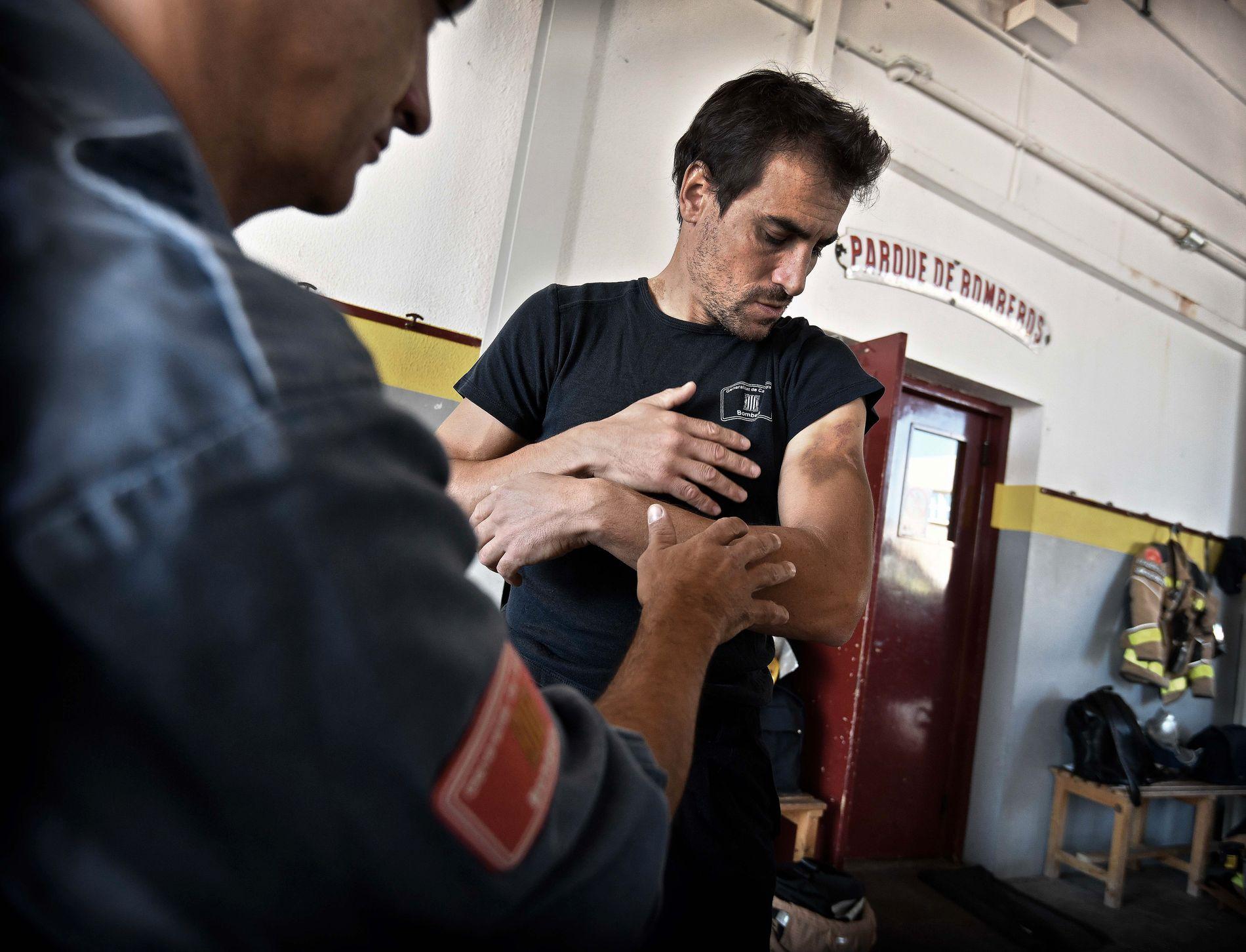 BLÅMERKER: Det gikk hardt ut over brannmann Samuel Colomer ( 38) og hans kollega Esteve Serdá (43, t.v.) , da de sto mellom katalanske sivile og spansk politi under uavhengighetsavtstemningen i Catalonia. Foto: HARALD HENDEN, VG