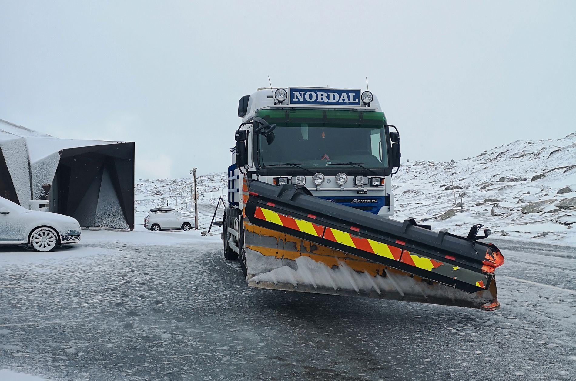 SNØ: Natt til onsdag var Sognefjellet stengt pga. snø og is i veien. Her står brøytebilen ved Sognefjellshytta.