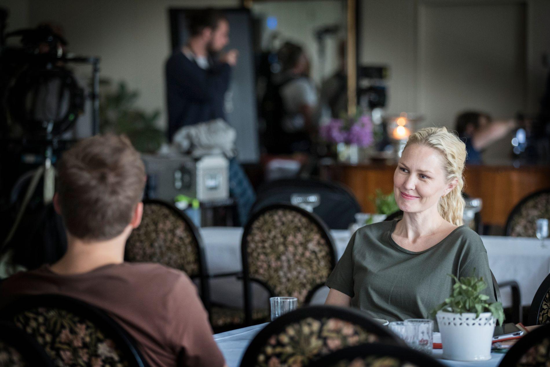 MOTSPILLER: Ellen Dorrit Petersen spiller Tobias' etterforskerkollega i «Grenseland». Her venter de i et hotell i Halden mens neste scene rigges.