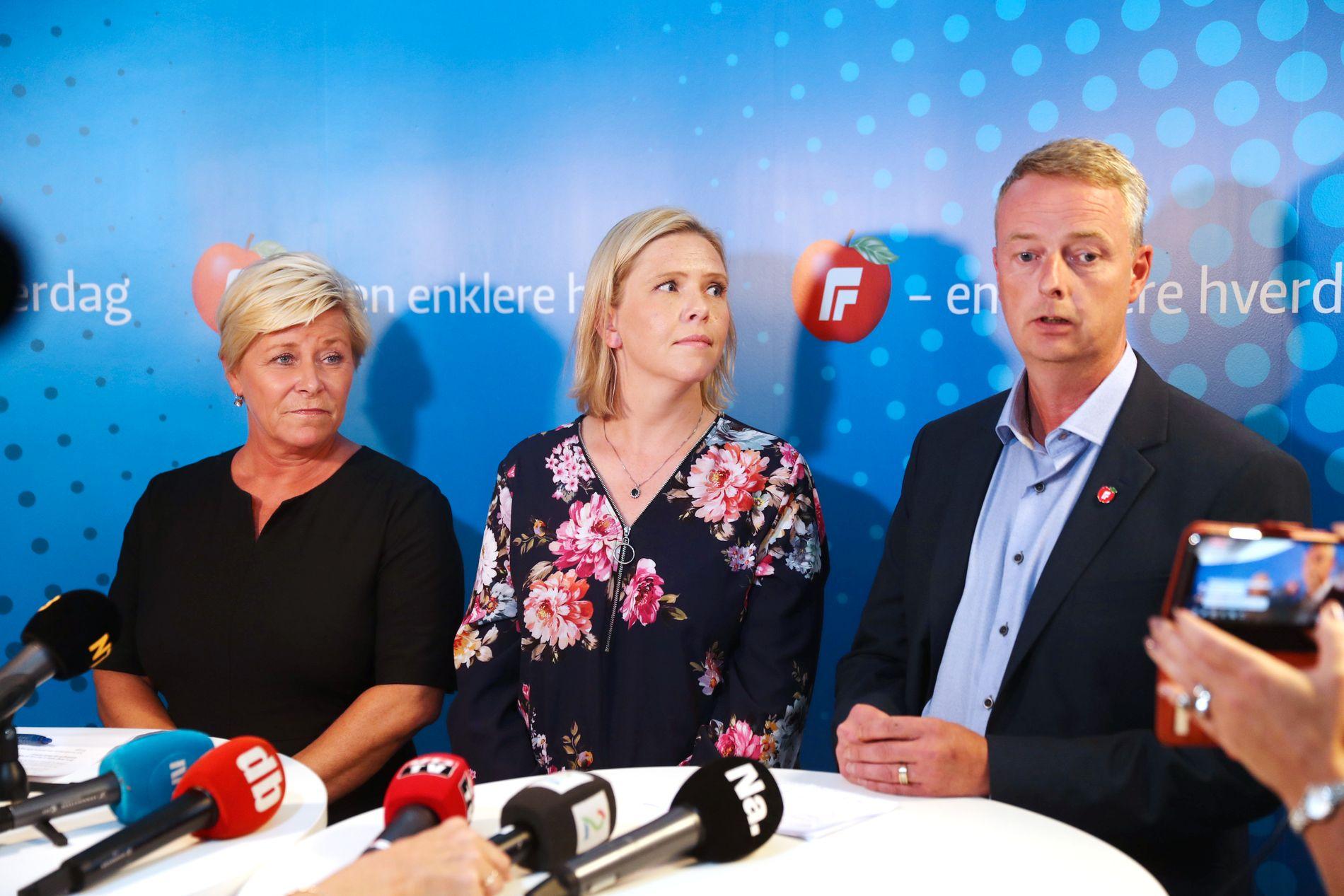TØFFE TAK I REGJERINGEN: Frp-leder Siv Jensen og nestlederne Sylvi Listhaug og Terje Søviknes stilte til pressekonferanse søndag ettermiddag.