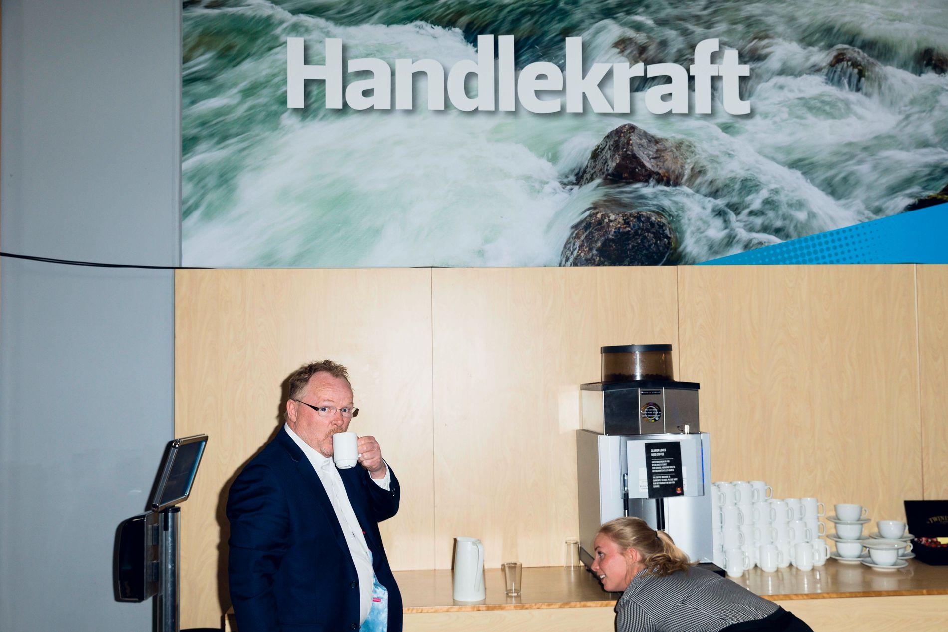 KAFFEPAUSE: Frp-nestleder og fiskeriminister Per Sandberg tar seg en kopp kaffe utenfor landsmøtesalen på Gardermoen.