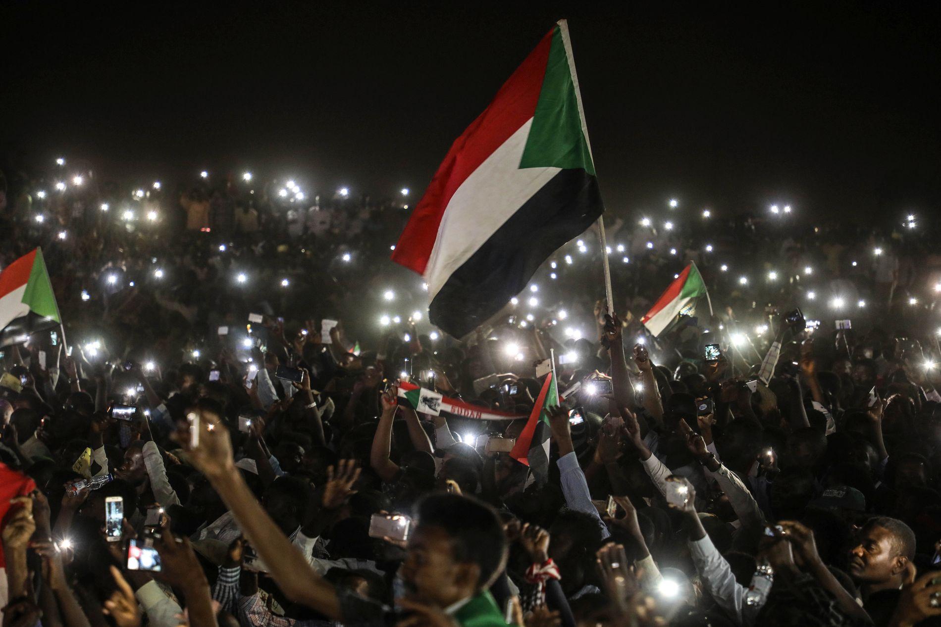 DEMONSTRERER: Demonstranter utenfor militæres hovedkvarter i Khartoum krever at et sivilt styre innsettes etter at president Omar al-Bashir ble styrtet.