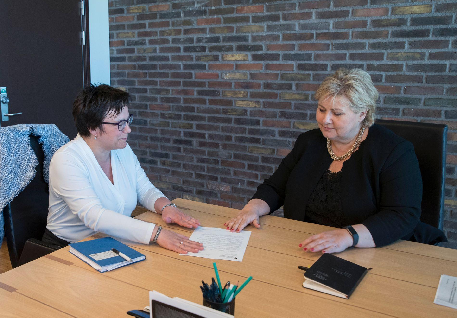 MØTTES I MAI: Finnmarks fylkesordfører Ragnhild Vassvik (Ap) (t.v.) oppsøkte i mai statsminister Erna Solberg (H) for å legge fram resultatet av folkeavstemningen.