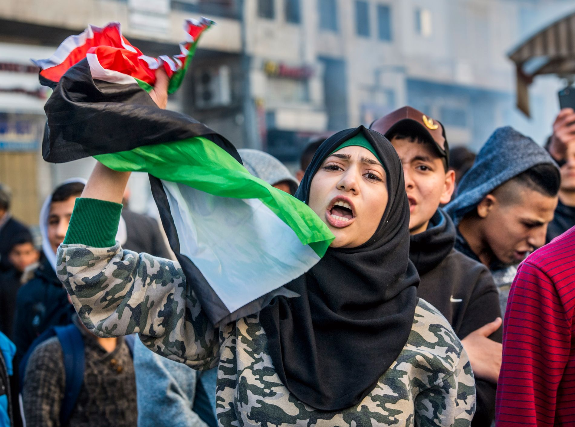 SINTE PÅ TRUMP: En kvinne holder det palestinske flagget under demonstrasjoner i Øst-Jerusalem.