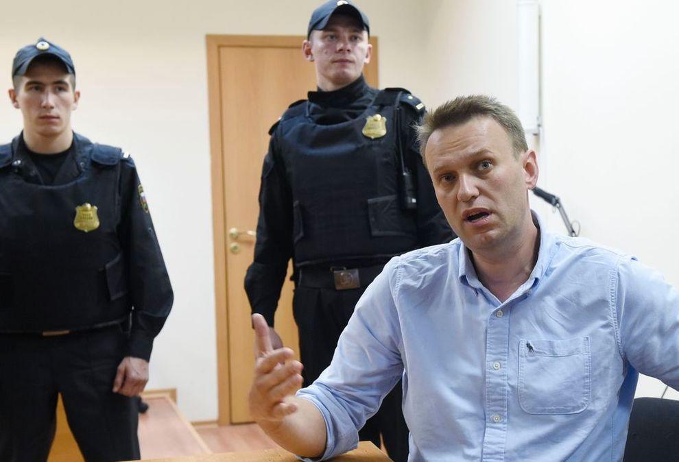I RETTEN: Aleksej Navalnyj blir intervjuet etter en rettssak i juni i år, da han ble dømt til 30 dagers fengsel for å ha organisert en ulovlig demonstrasjon.