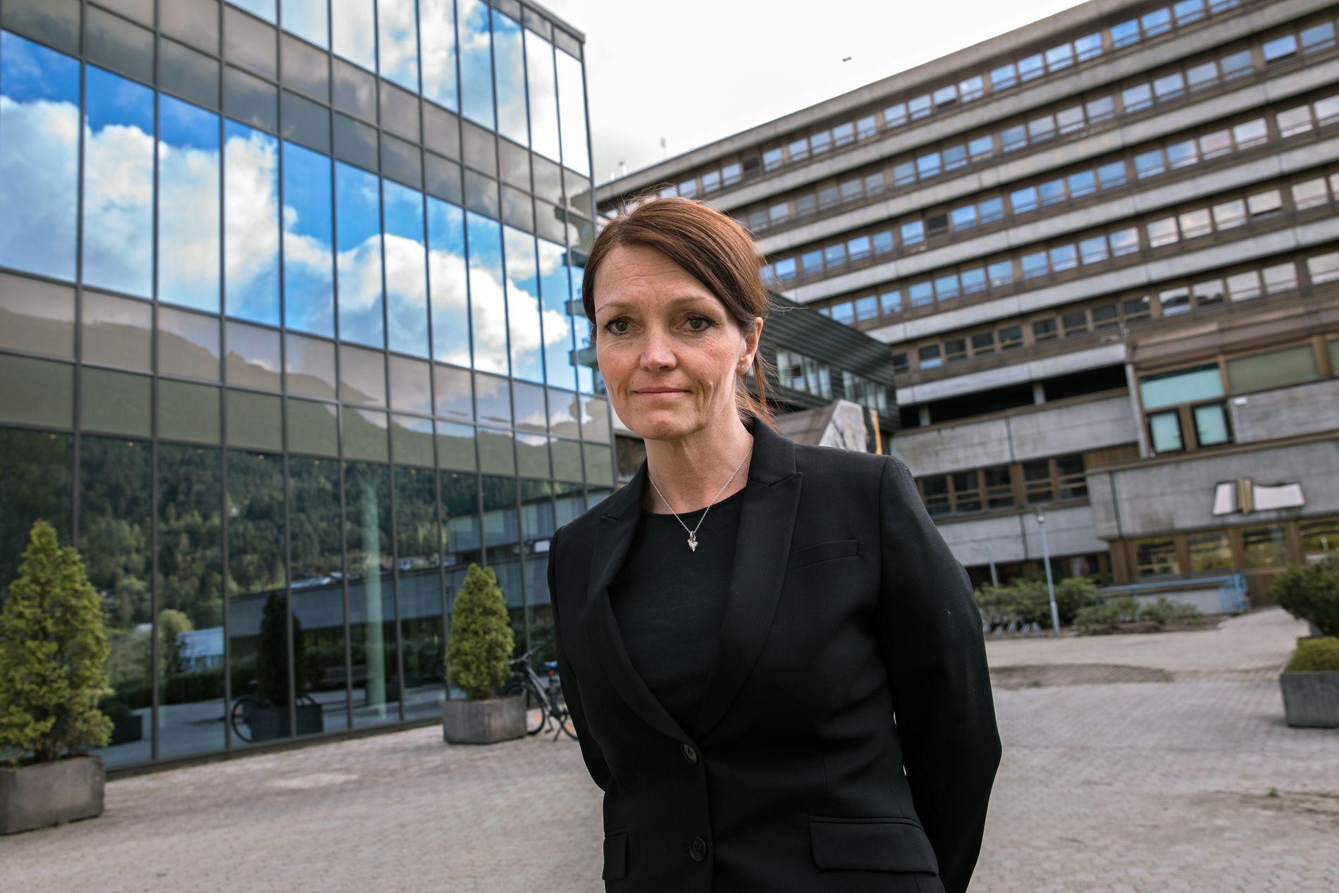 DØDE PÅ SYKEHUSET: Fagdirektør ved sykehuset Førde, Trine Hunskår Vingsnes, bekrefter at pasienten som har vært innlagt med rabies er død.