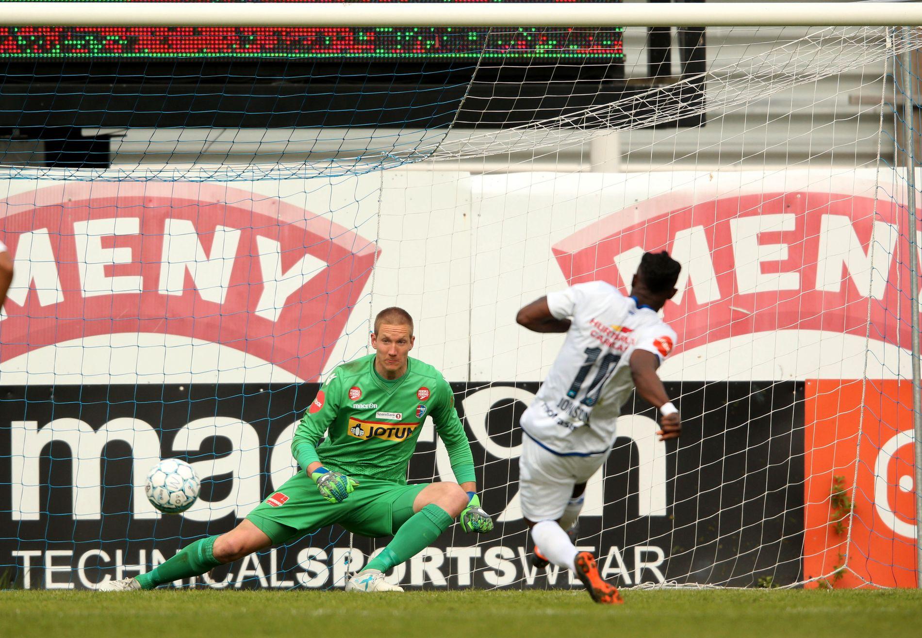 MATCHVINNER: Vålerengas Sam Johnson setter ballen i mål bak Sandefjord-keeper Eirik Holmen Johansen i kampens 55. minutt.