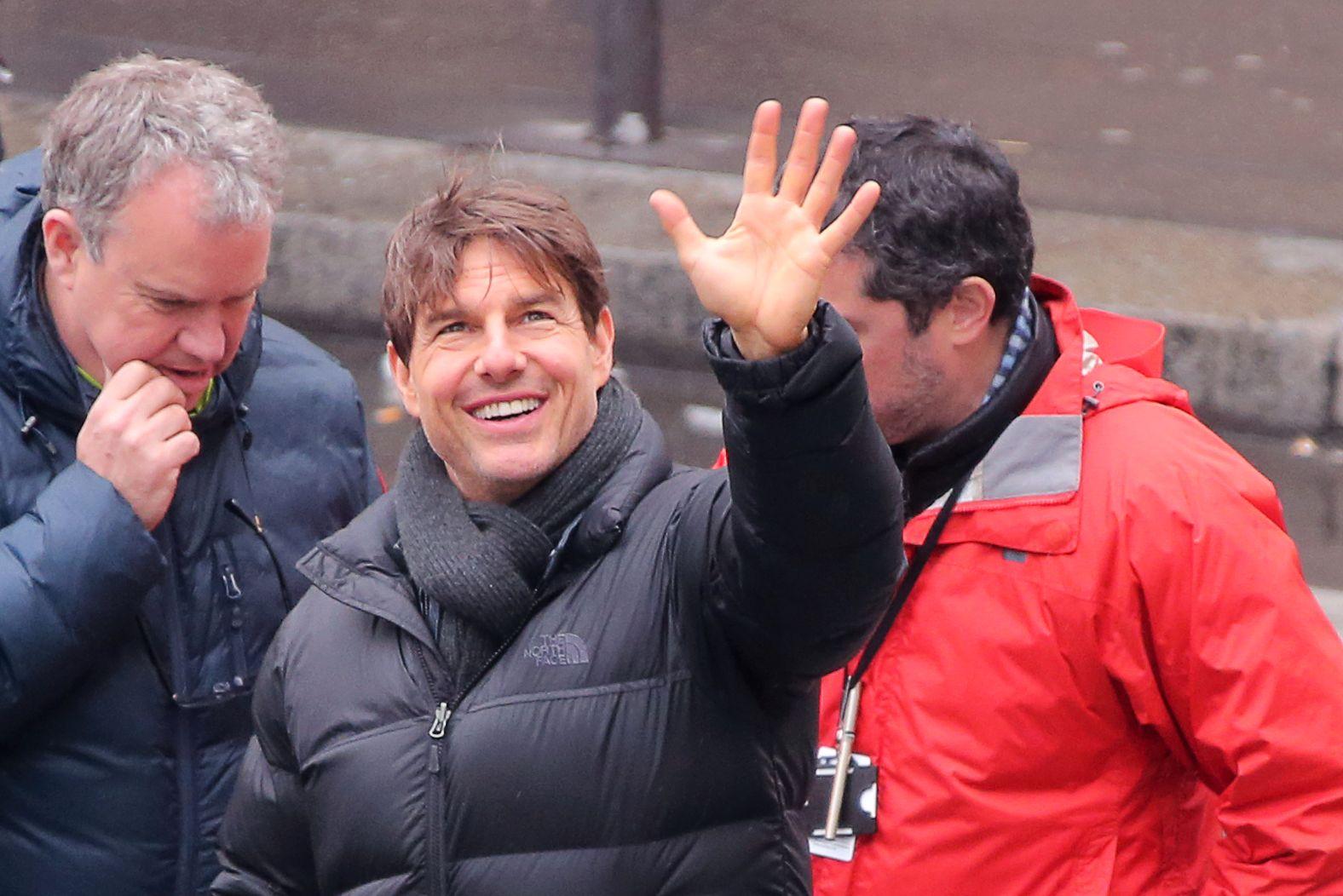 INNSPILLING I PARIS: Tom Cruise vinker til fansen under innspillingen av «Mission: Impossible 6» i Paris tidligere i år.