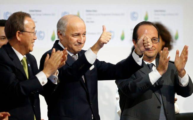FORNØYD: FNs generalsekretær Ban Ki-moon, den franske utenriksministeren Laurent Fabius og den franske presidenten applauderer klimaavtalen i Paris.