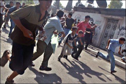 LØPER FOR LIVET: Palestinere løper vekk fra israelske soldater i flyktningeleiren Jabalya. Foto: AP