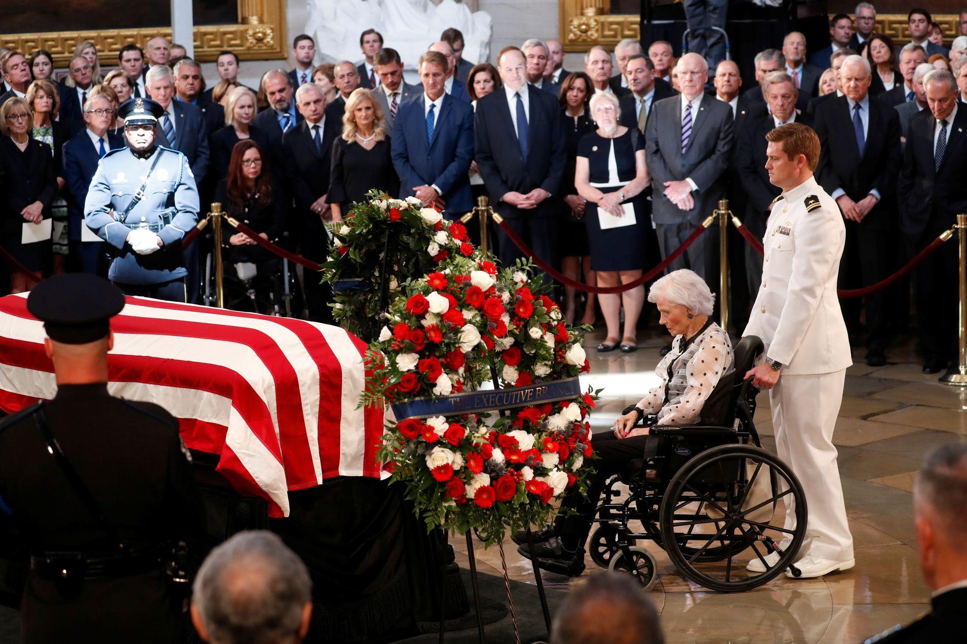 John McCains mor, Roberta McCain (106) tok farvel med sønnen.