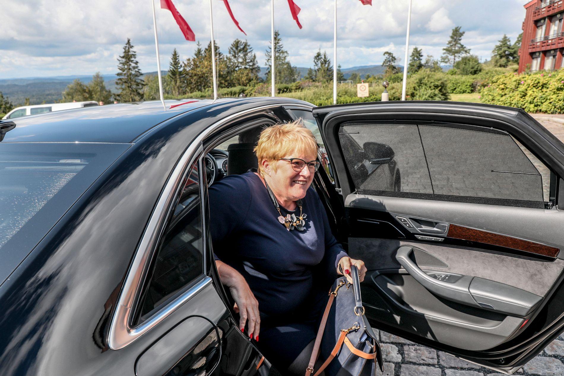 PÅ KONFERANSE: Trine Skei Grande møtte pressen på vei inn til en konferanse om menneskerettigheter blant utviklingshemmede på Holmenkollen Park Hotel.