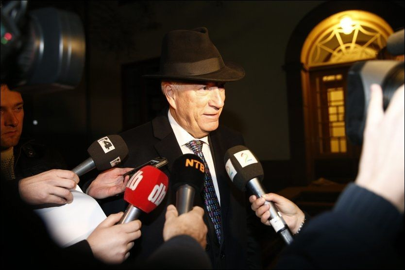 TIDLIG PÅ: Avtroppende finansminister Sigbjørn Johnsen møtte pressen ved statsrådboligen tidlig mandag morgen. Foto: NTB SCANPIX