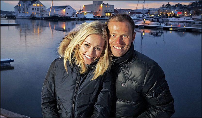 FORELSKET: Thor (32) takker kona Susanne (34) for suksessen på sykkel. Om noen år ønsker de å flytte tilbake hit til Grimstad. Sammen har de datteren Isabel (snart to år). Foto: Espen Sjølingstad Hoen/VG