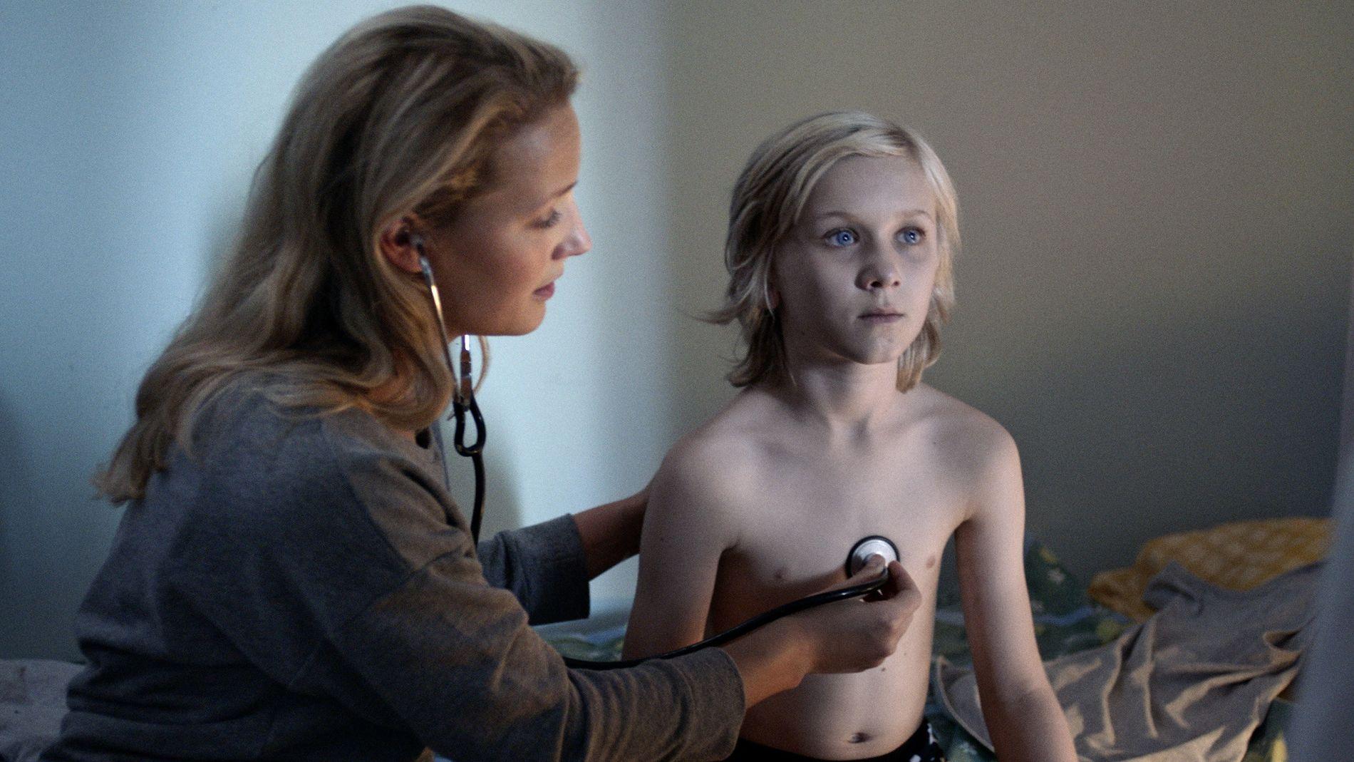 SKUMMEL: Ine Marie Wilmann spiller Lars' mor og Leonard Valestrand Eike spiller Lars i den populære skrekkserien for barn.