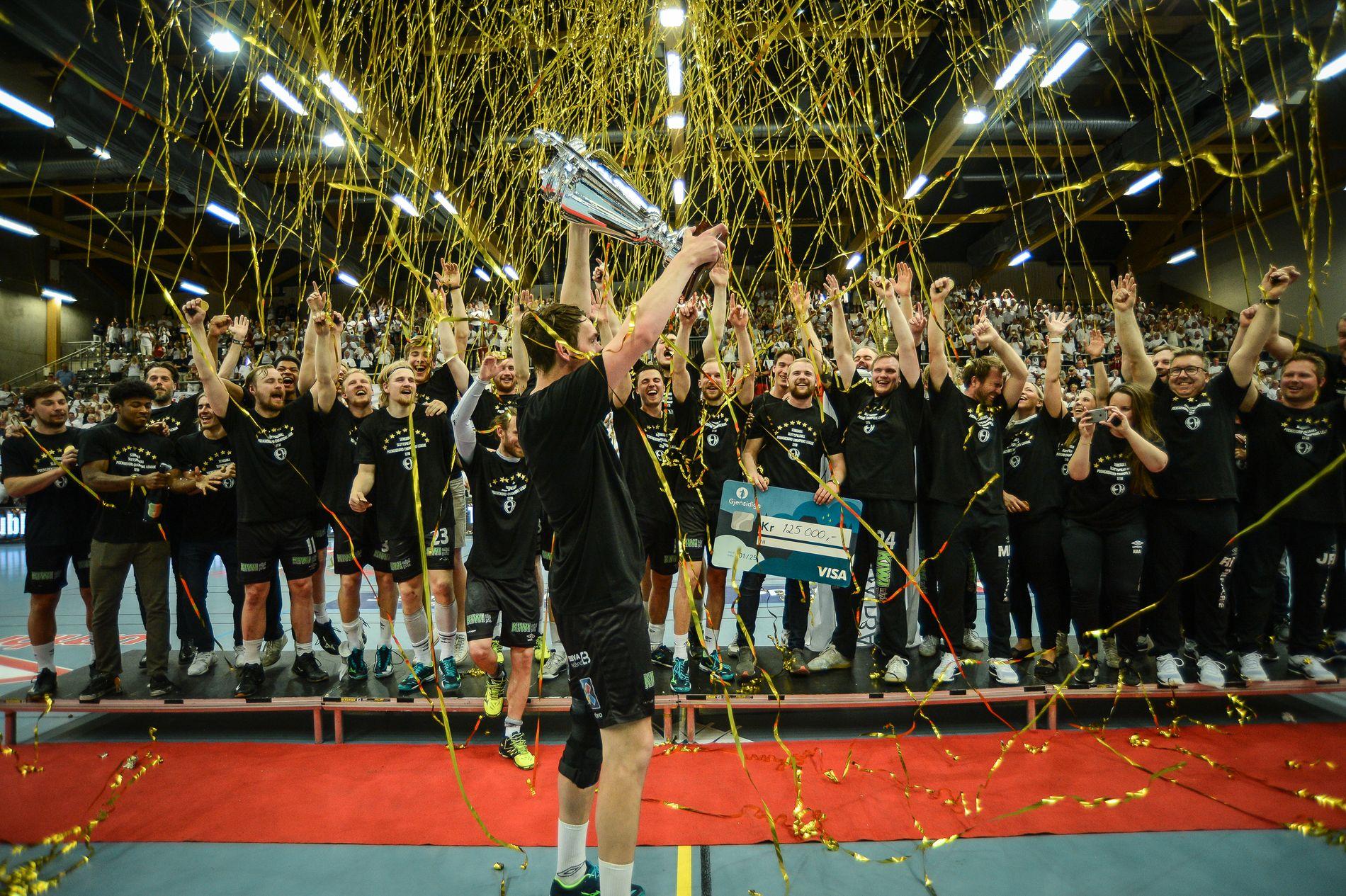 I SYVENDE HIMMEL: Elverum-legenden Aleksander Børresen mottar sluttspillpokalen etter sin siste kamp for klubben.
