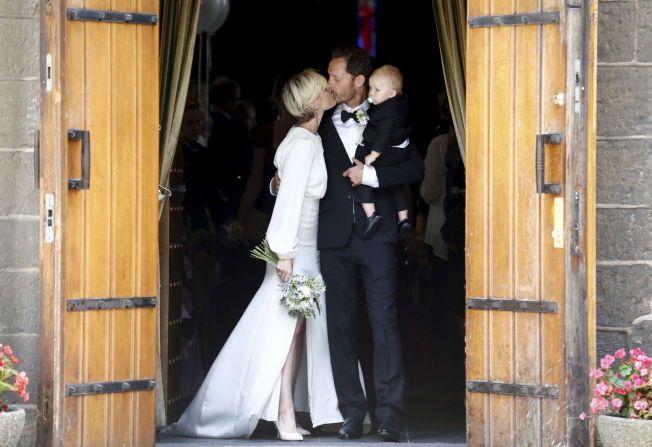 KYSSET: Ikke rart kjendisvennene jublet for dette kysset - da det nygifte paret Lena Kristin Ellingsen og Trond Fausa Aurvåg kom ut på kirketrappen med sønnen Ole Ivan.