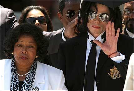 FRIKJENT;: Michael Jackson (t.h.) og mor Katherine Jackson på vei ut av retten etter frikjennelsen. Et lite signal med hånden var alt Jackson ga til hylende fans og andre som ventet utenfor rettslokalet. Foto: EPA