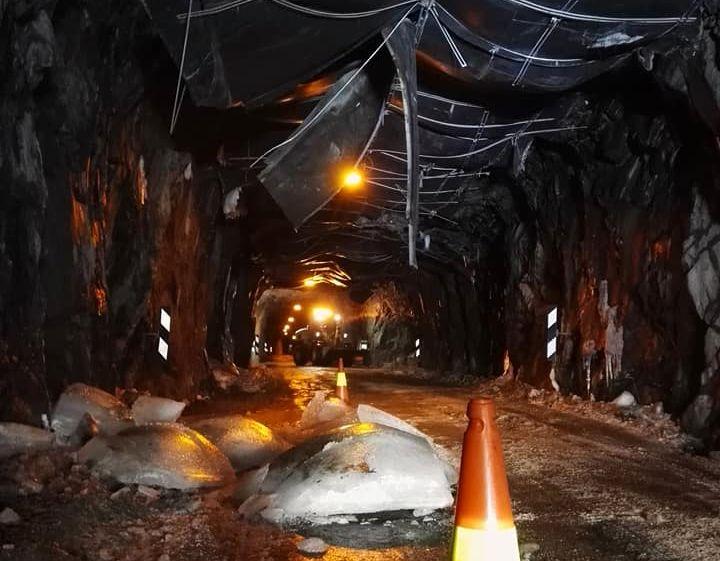 RASFARLIG:  Isblokker har falt ned fra taket og landet i veibanen natt til fredag.