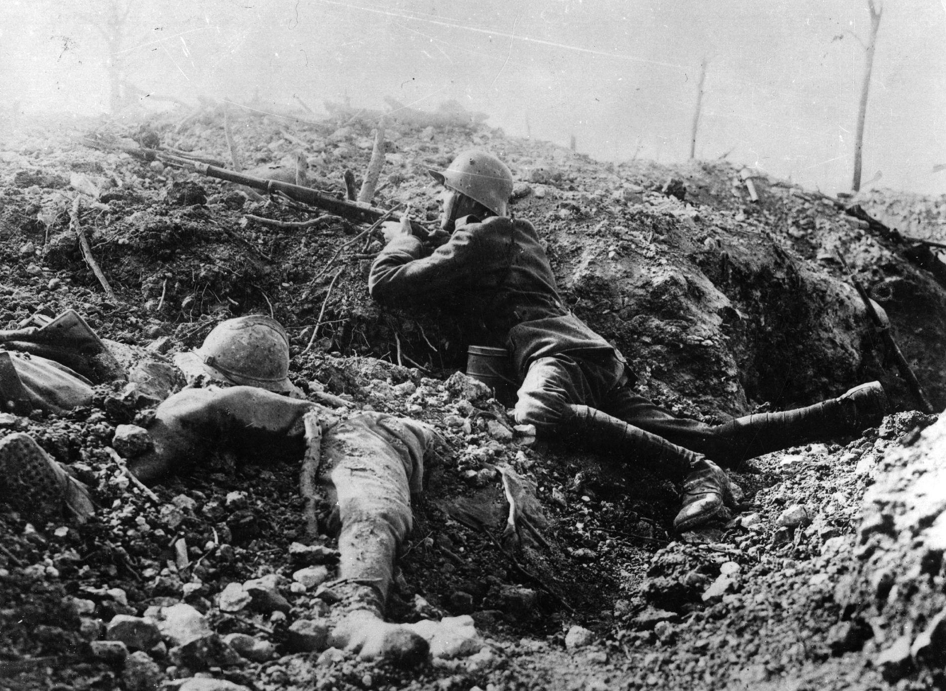 UFATTELIG LIDELSE: En tysk skarpskytter tar sikte. Ved siden av ham ligger den døde kroppen til en fransk soldat.