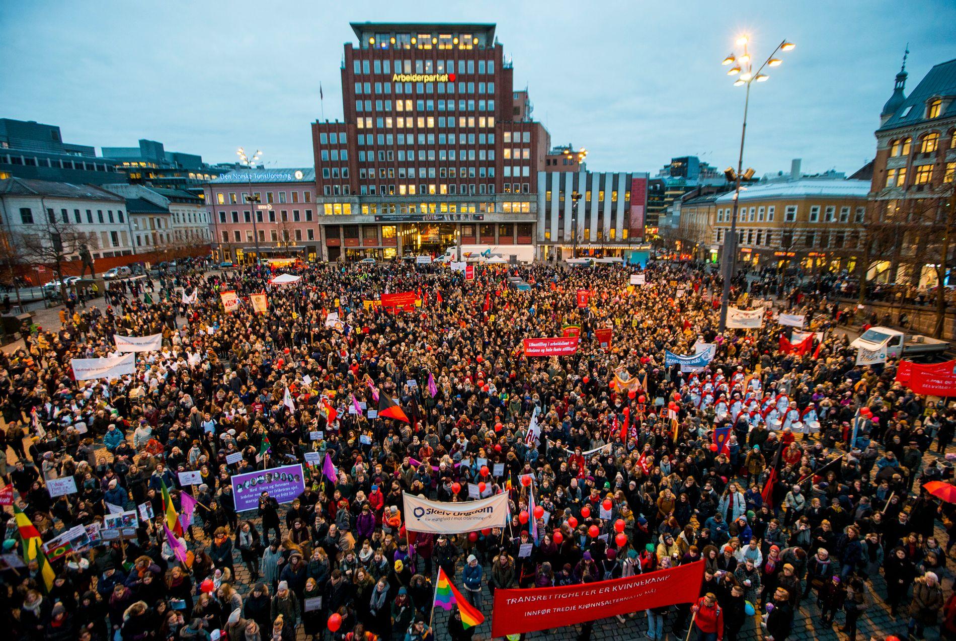STORT OPPMØTE: Slik så det ut på kvinnedagen 8. mars på Youngstorget i Oslo i fjor.