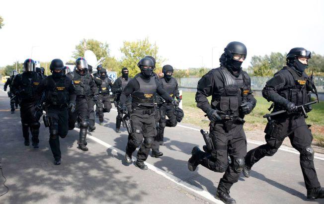 SENDT UT: Ifølge en FN-ansatt på stedet er over 100 politifolk satt inn ved grensen mellom Serbia og Ungarn.