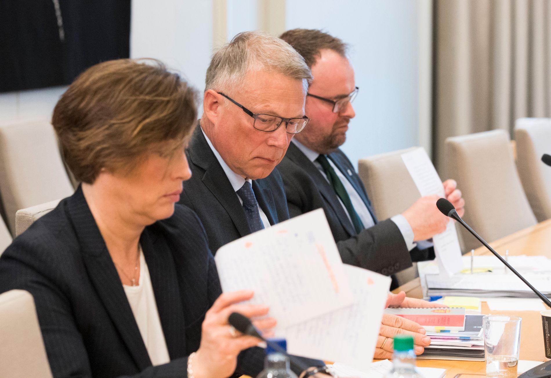 FOR MANGE MANGLER:  NSM-direktør Kjetil Nilsen (i midten) forklarte seg i Stortinget forrige mandag, sammen med assisterende direktør Annette Tjaberg og seksjonssjef Helge Rager Furuseth. Nå kommer en ny NSM-rapport som avslører nye sikkerhetshull.