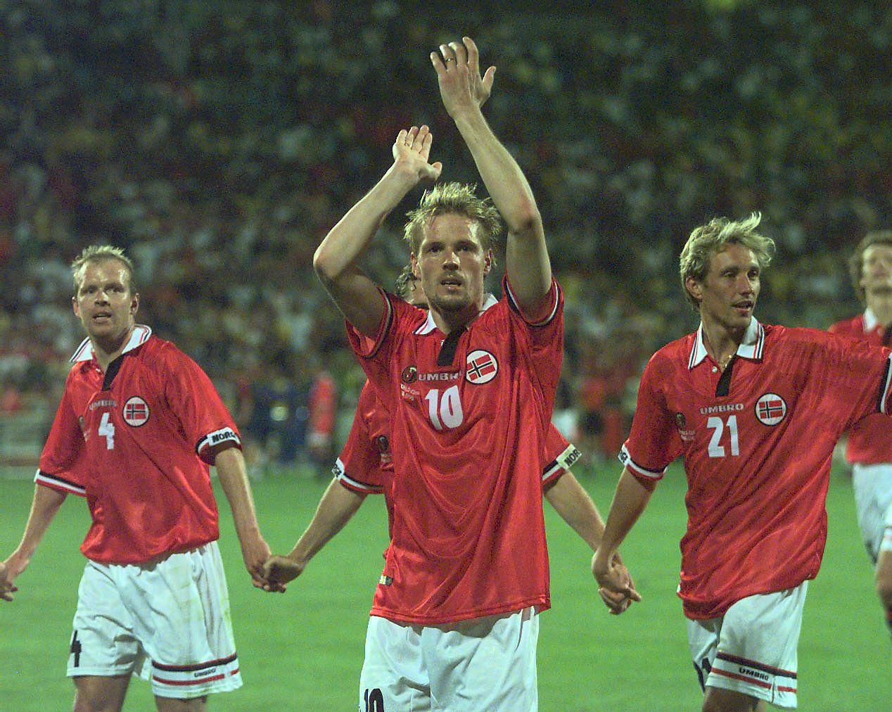 DEN GANG DA: Henning Berg (t.v.), Kjetil Rekdal og Vidar Riseth (t.h) etter 2-1-seieren mot  Brasil i VM 1998. De mener dagens landslagsspillere må takle presset.