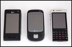 Touch er en forholdsvis liten mobil, her sammen med LG KU990 (venstre) og P1i (høyre). (Foto: Simen J. Willgohs / Amobil.no)