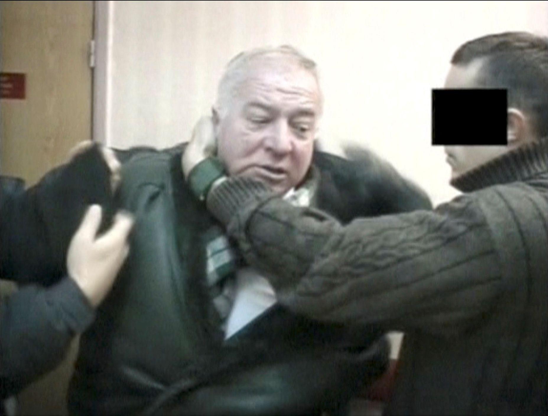 EKS-SPION: Den tidligere spionen i russiske GRU Sergei Skripal svever mellom liv og død etter nerevegass-angrepet i Salisbury søndag. Her blir han håndtert av russiske etterretningsoffiserer på ukjent sted.